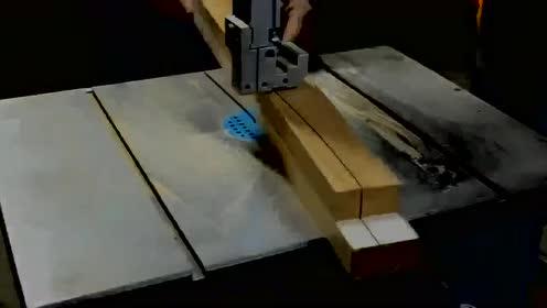 将红酒塞用木板固定起来!做出的成品,让人眼前一亮!
