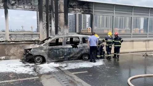 长沙一小车高架桥上起火,车内男子被烧成重伤
