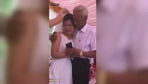 老父亲舍不得女儿出嫁婚礼上一直哭不停 边擦眼泪边迎接宾客