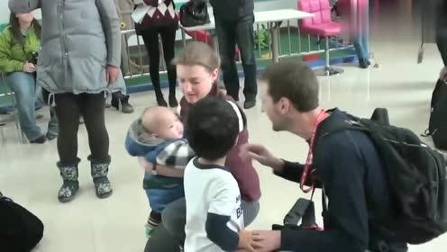 外国夫妻领养中国孩子,看见孩子那一刻,外国妈妈很高兴!