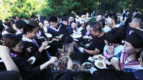中国高校最大露天散伙饭 ,2000毕业生同吃烤全羊