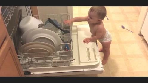 妈妈收拾厨房,小宝宝立马跑过来帮忙,熊孩子可真不是白叫的!