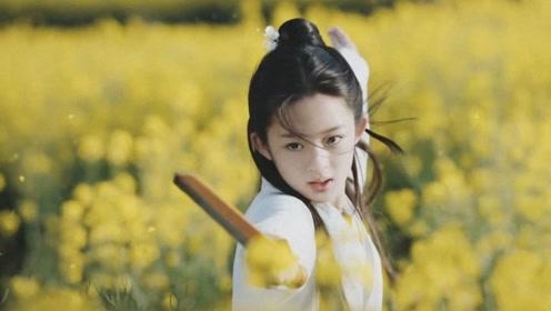 杨幂新签约一个13岁女孩,像极了杨幂