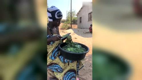 非洲女人切菜,从来不用菜板,我真怕她割到手