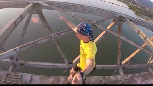 国外小伙带着媳妇在钢铁大桥上,表演杂技,就不怕媳妇出事?