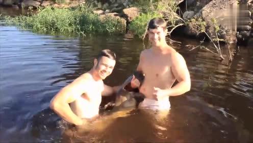 两人潜入水底与大鱼搏斗,出水时刻才是见证奇迹,太霸气了