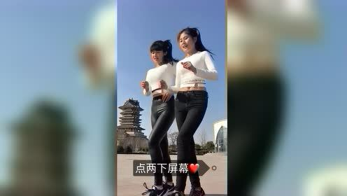 两个小姐姐跳广场舞,那个穿皮裤的好酷啊!
