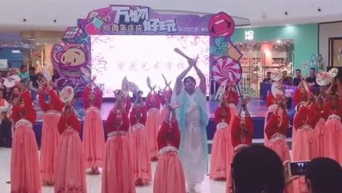 男老师带领学生,竟在商场舞一曲《琵琶行》,真是太厉害了!