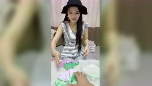 一眼望去还以为是棉花糖,直到她的手放下去……