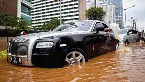 遇到一个大水坑,司机一脚油门下去,终于明白劳斯莱斯为啥这么贵