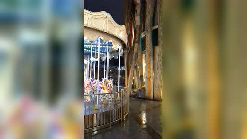 #无惧暴雨 马路中央喝酒吃面#南京雨季:狂风过后就是大雨