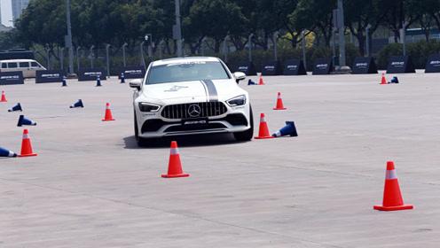 将AMG GT四门跑车交到女司机手上后,后悔!
