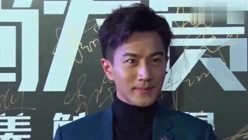 刘恺威新剧路透图 与陈都灵手拿结婚照笑容灿烂