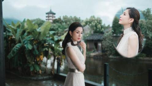 45岁李若彤晒美照 穿中式长裙漫步江南烟雨中美成了画中人