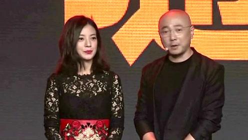 43岁赵薇,彩色民族风流苏外套活力有范,美回23岁