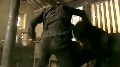 歹徒准备杀害绑架的小伙,不料小伙用一招为自己争取生机!