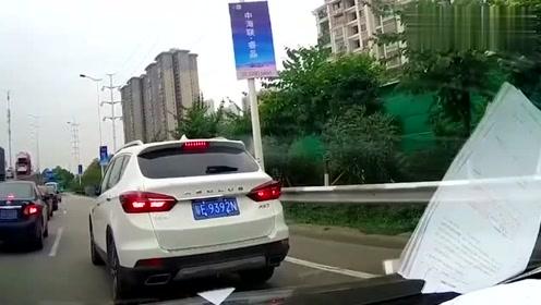 SUV被追尾之后,女司机下车准备吵架,结果忘了拉手刹