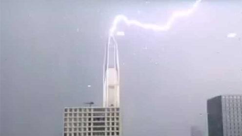 传深圳最高楼被闪电击中,网友惊呼:哪位仙友在此渡劫?