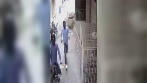 惊险!男子赶在劫匪前一秒关门 劫匪气到捂脸