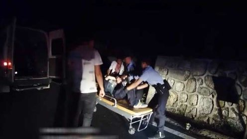无语!醉汉为喝口山泉水,跌入2米深坑,被救起后仍昏迷不醒