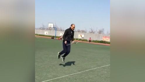 这才是跳绳的正确姿势,体育老师亲自示范,真的是厉害了!
