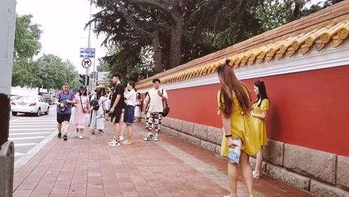 青岛大学路的网红墙有什么魅力?70岁的老太太排队来打卡!