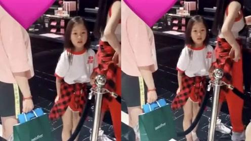 李小璐带女儿逛化妆品店,6岁甜馨长发披肩又白又萌