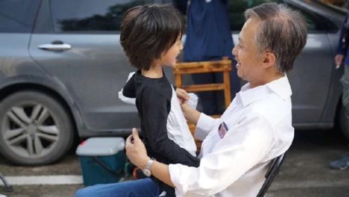 老年邓超与儿女合影 孙俪感慨他为人父后的蜕变