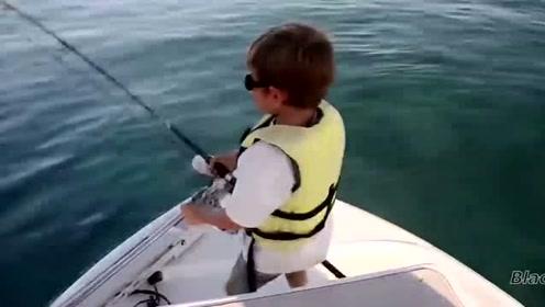 小屁孩疯狂力搏水中大鱼,折腾半天,结果真是吓一跳