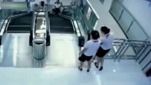 两女子发现电梯有问题,赶紧守住电梯口,惨剧发生了