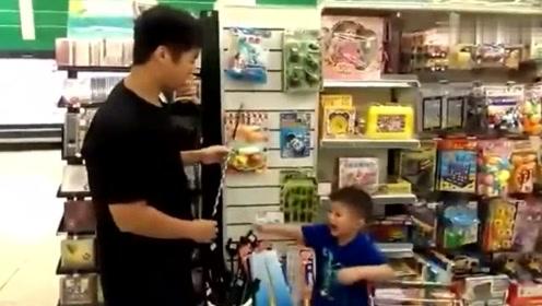 小男孩阻止爸爸购物,直喊那些很贵,接下来的举动让爸爸好无奈