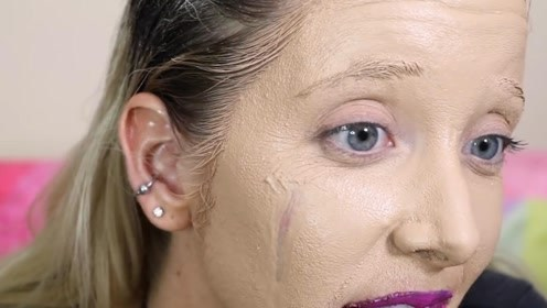 国外美女挑战化100层妆,假睫毛都贴100层,卸妆时后悔了