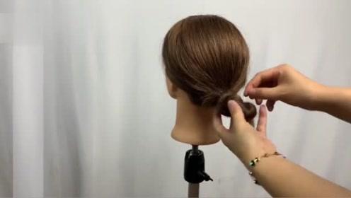 就这样随手一扭就是一个好看的发型,你自己在家就可以扎