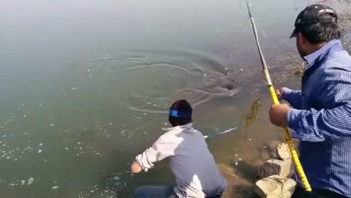 钓罕见的大鱼,竿头绑上绳,任大鱼疯狂挣扎也没用