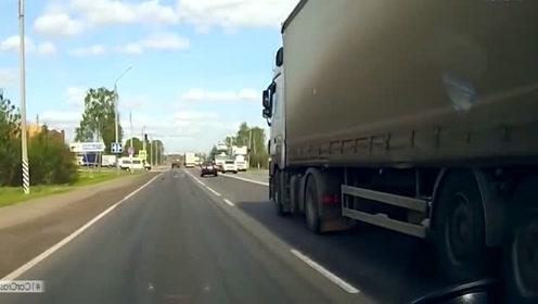 两辆大货车看对方不顺眼,下一秒直接开战