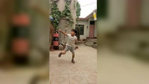 农村的孩子学习武术,买不起沙袋,只能踢瓶子!