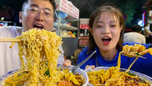 西安街头吃宵夜,被陕西大哥亲口安排:必须吃蒜!必须喝汤!