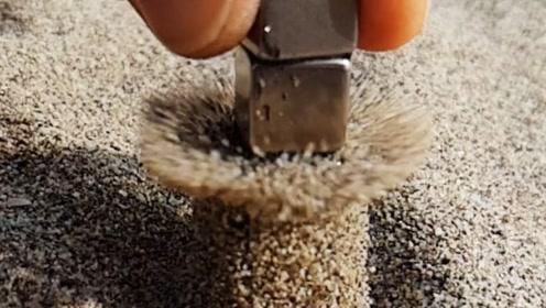 国外小伙在沙滩上玩磁铁,将磁铁捡起的瞬间,意外发生了