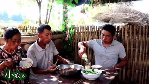 2斤龙虾,1斤莲藕,小农乡秘制香辣干锅虾,再来一瓶酒吃起来爽