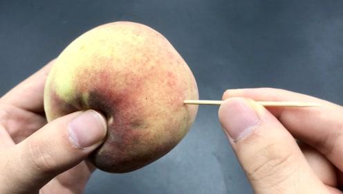 桃子上插一根牙签太厉害了,一般人都不明白有啥用,快叮嘱家人