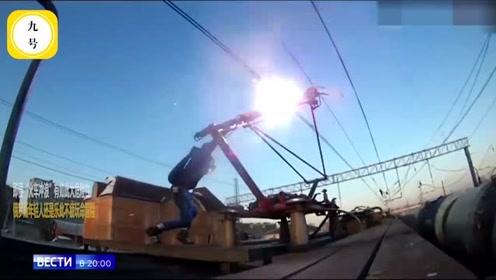 小伙在飞驰火车顶上触电烧成火球,乘客闻到烤肉味才觉不对劲