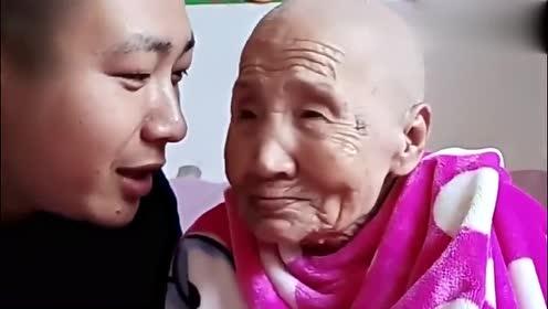 文哥问97岁奶奶要剪头发的钱,奶奶:你可别说了,剪得头秃了!