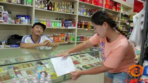 小伙搞活动买一送百,没想美女买一根棒棒糖,老板送100粒白糖
