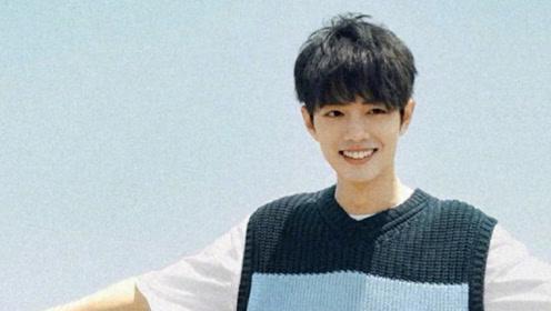 肖战深蓝色针织毛衣化身日系少年 面朝大海笑容温暖迷人
