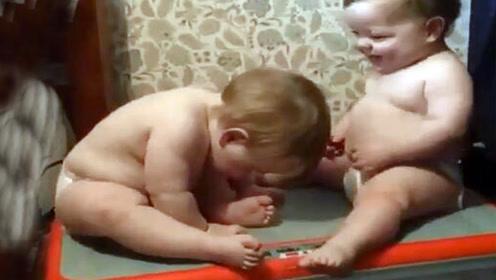 两胖宝宝偷玩甩肉机,玩得正欢时被妈妈发现,这一幕没忍住笑喷了
