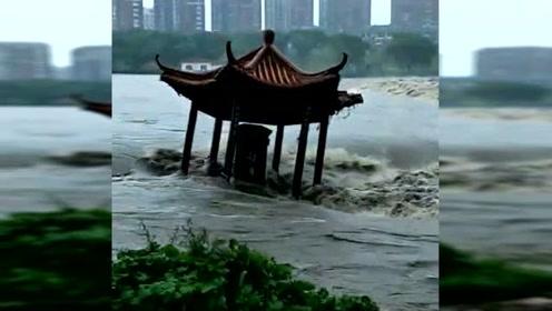 """""""利奇马""""吹来大洪水,凉亭坠河散架"""
