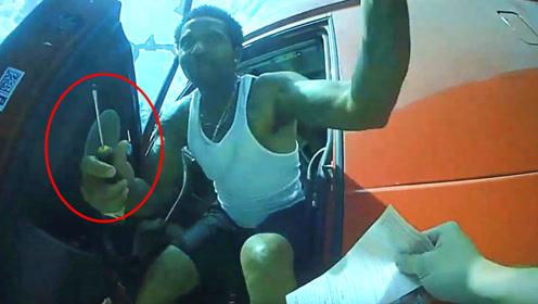 司机被处罚后心存不满,拿螺丝刀刺伤美国警察,被乱枪击毙!