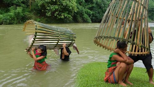 柬埔寨夫妻自制竹篓陷阱,鱼儿成群往里钻,就地取材烤着吃真香