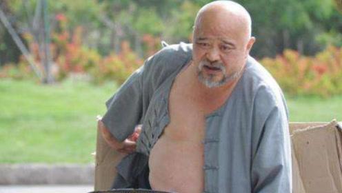 64岁著名老戏骨赤裸上身参加聚餐,遭网友嘲讽:毫无艺人形象!