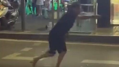 重庆一男子酒后失控肆意拦车未果 抢餐厅剪刀将一人刺伤致死